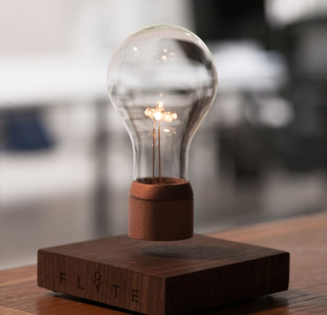 Lampada levitante che funziona senza essere avvitata