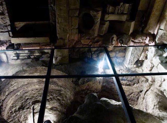 Uomo intento in lavoriigienici scopre un secolare mondo sotterraneo sotto i suoibasamenti