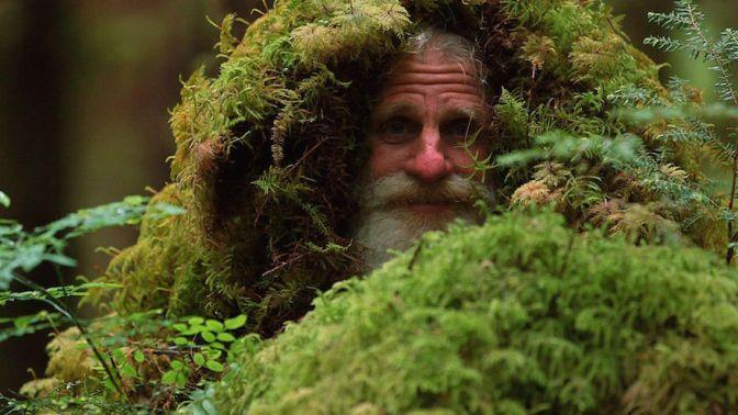 L'uomo che vive in un ceppo di albero e usa le pigne per lavarsi i denti